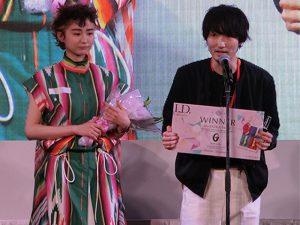 デザインアワード、ゴールドプライズを受賞した澤入春樹選手とモデル